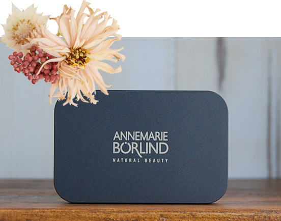 アンネマリーボーリンドのチークは、肌に優しく、パーリーに発色する。