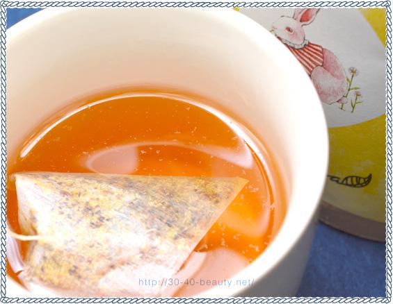 すやねむカモミールのティーパックにお湯を注いだところ