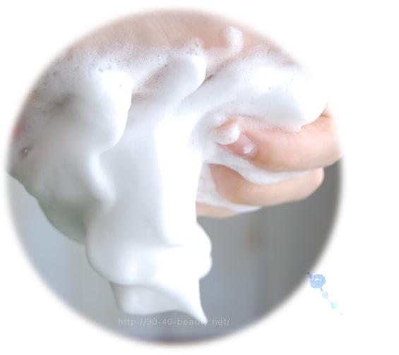 ルナメアACの洗顔料を使っている様子